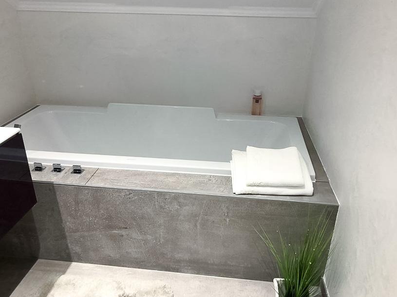 Einbau einer neuen Badewanne im modernen Design